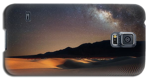 Milky Way Over Mesquite Dunes Galaxy S5 Case by Darren White