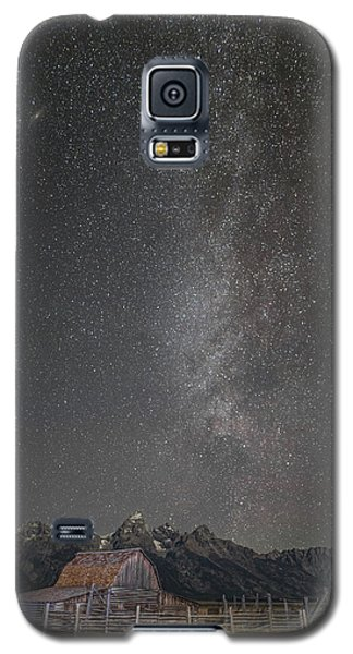 Galaxy S5 Case featuring the photograph Milkyway Over The John Moulton Barn by Roman Kurywczak