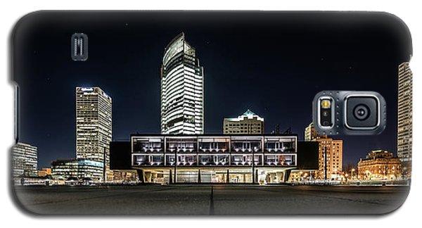 Galaxy S5 Case featuring the photograph Milwaukee County War Memorial Center by Randy Scherkenbach