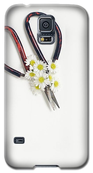 Miniature Daisies And Vintage Scissors Galaxy S5 Case