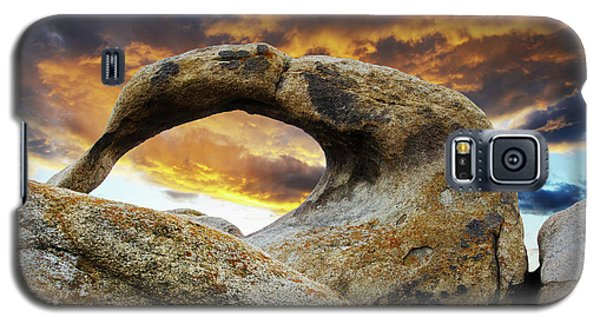 Galaxy S5 Case featuring the photograph Mobious Arch California 7 by Bob Christopher