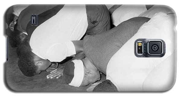 Boxing Muhammad Ali Galaxy S5 Case - Mohammad Ali At Mosque by Underwood Archives