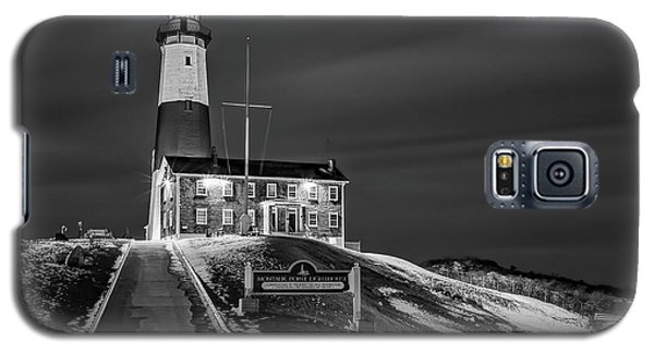 Galaxy S5 Case featuring the photograph Montauk Point Lighthouse Bw by Susan Candelario