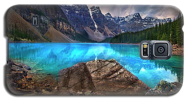 Galaxy S5 Case featuring the photograph Moraine Lake by John Poon