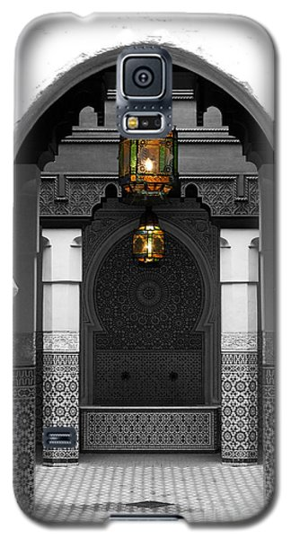 Moroccan Style Doorway Lamps Courtyard And Fountain Color Splash Black And White Galaxy S5 Case by Shawn O'Brien