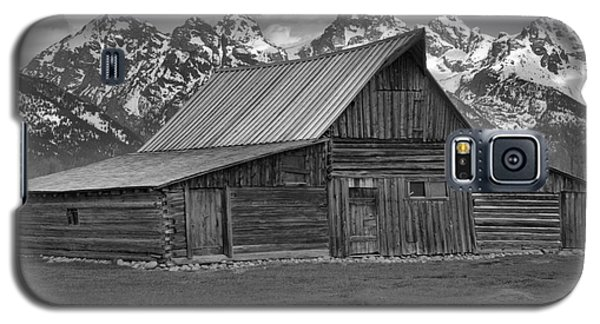 Moulton Barn Springtime Black And White Galaxy S5 Case by Adam Jewell