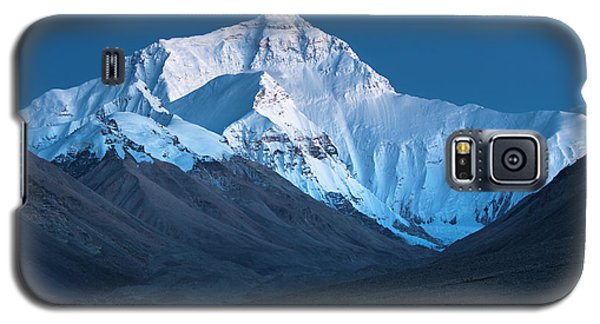 Galaxy S5 Case featuring the photograph Mount Everest At Blue Hour, Rongbuk, 2007 by Hitendra SINKAR