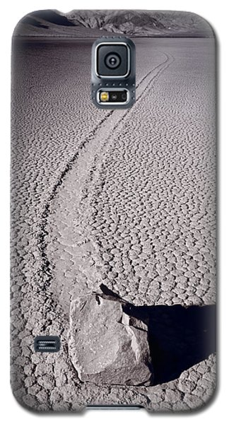 Desert Galaxy S5 Case - Moving Rocks Number 2  Death Valley Bw by Steve Gadomski