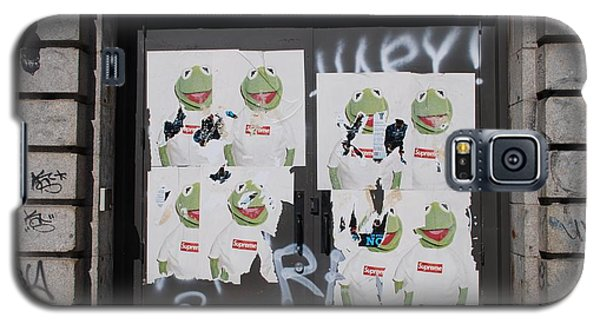 Galaxy S5 Case featuring the photograph N Y C Kermit by Rob Hans