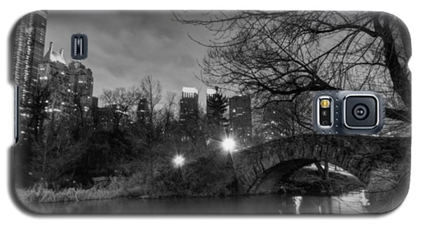 Galaxy S5 Case featuring the photograph New York - Central Park 006 Bw by Lance Vaughn