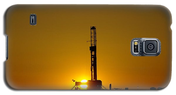Oil Rig Near Killdeer In The Morn Galaxy S5 Case by Jeff Swan