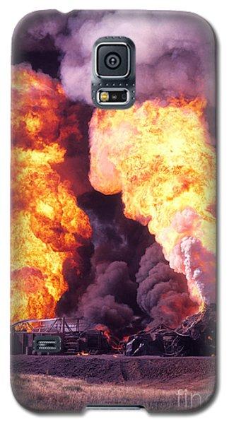 Oil Well Fire Galaxy S5 Case by Larry Keahey