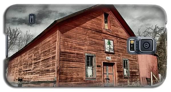 Galaxy S5 Case featuring the photograph Old Barn In Roslyn Wa by Jeff Swan