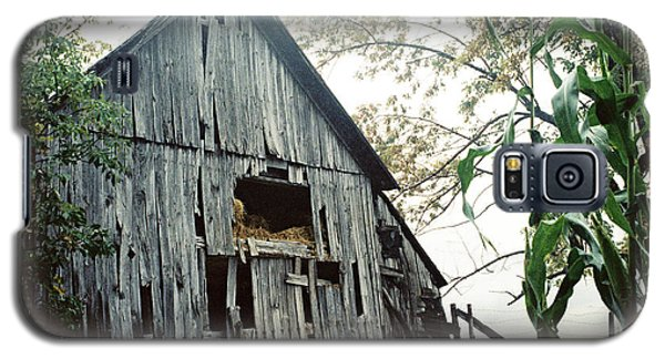 Old Barn In The Morning Mist Galaxy S5 Case