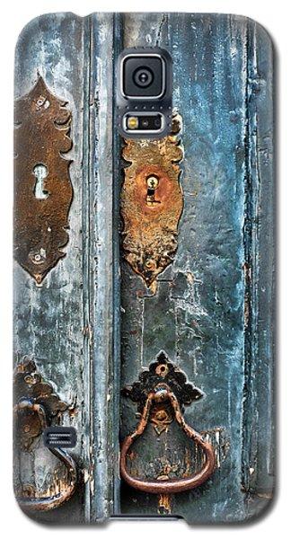 Old Blue Door Galaxy S5 Case by Carlos Caetano