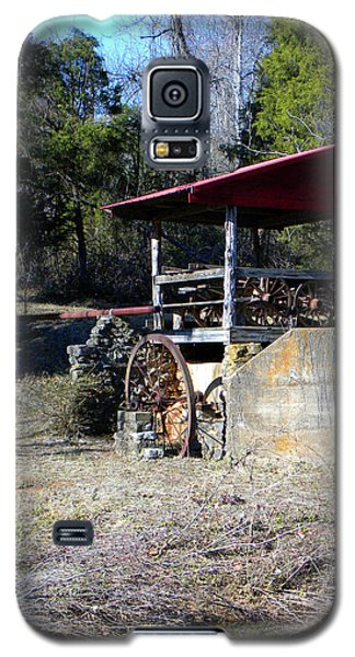 Galaxy S5 Case featuring the photograph Old Mill Of Guilford Pumphouse by Sandi OReilly