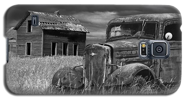 Old Vintage Pickup In Black And White By An Abandoned Farm House Galaxy S5 Case