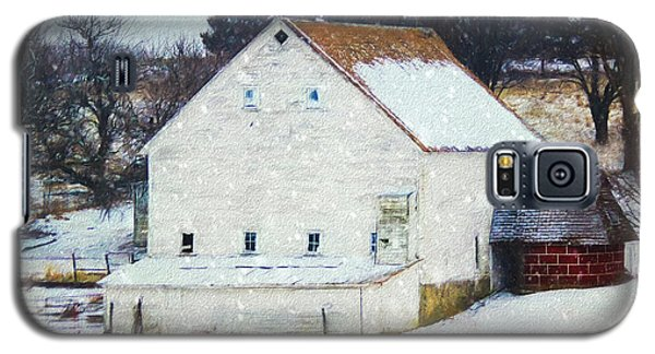 Old White Barn In Snow Galaxy S5 Case