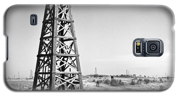 Old Wooden Derrick Galaxy S5 Case by Larry Keahey