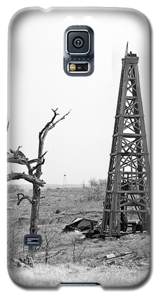 Old Wooden Oil Derrick Galaxy S5 Case by Larry Keahey