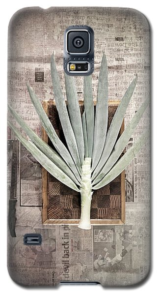Galaxy S5 Case featuring the photograph Onion by Linda Lees