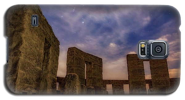 Galaxy S5 Case featuring the photograph Orion Over Stonehenge Memorial by Cat Connor