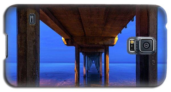 Peer Underneath Galaxy S5 Case