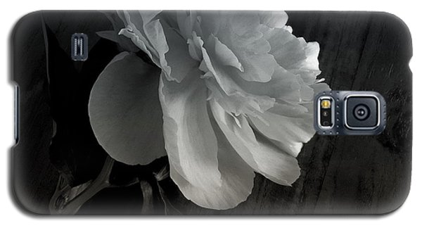 Galaxy S5 Case featuring the photograph Peonie by Sharon Jones
