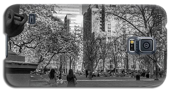 Galaxy S5 Case featuring the photograph Philadelphia Street Photography - 0902 by David Sutton
