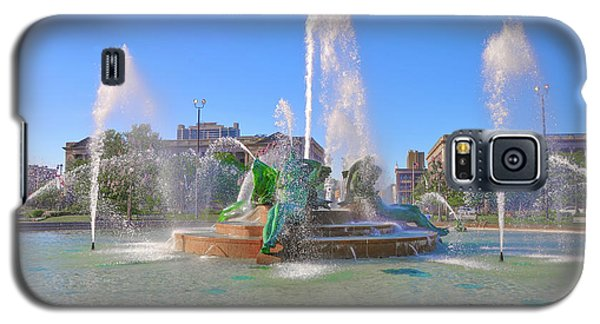 Galaxy S5 Case featuring the photograph Philadelphia - Swann Fountain At Logan Square by Bill Cannon