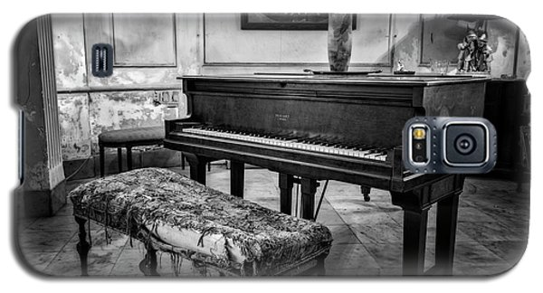 Galaxy S5 Case featuring the photograph Piano At Josie's House Bw by Joan Carroll