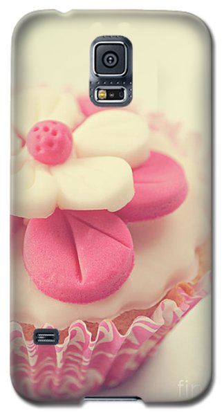 Galaxy S5 Case featuring the photograph Pink Cupcake by Lyn Randle