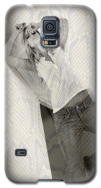 Pretty Girl On Her Knees Galaxy S5 Case by Michael Edwards