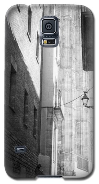Quiet Moment Near Barcelona Cathedral, B/w Galaxy S5 Case by Valerie Reeves