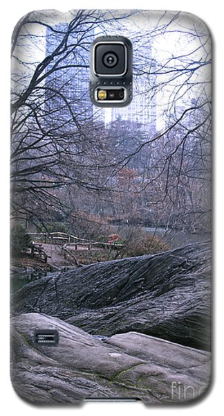 Galaxy S5 Case featuring the photograph Rainy Day In Central Park by Sandy Moulder
