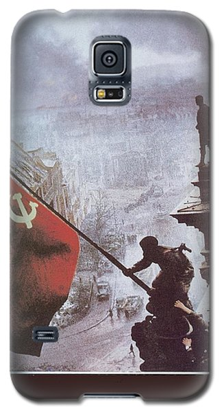 Raising The Soviet Flag  On The Reichstag Building Berlin Germany May 1945 Galaxy S5 Case