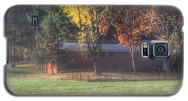 0041 - Red Barn On A Foggy Fall Morning Galaxy S5 Case