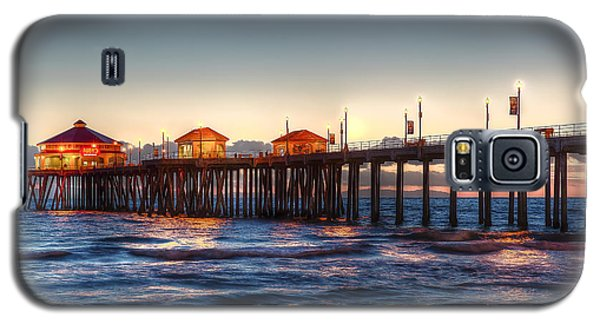 Galaxy S5 Case featuring the photograph Ruby's Surf City Diner At Twilight - Huntington Beach Pier by Jim Carrell