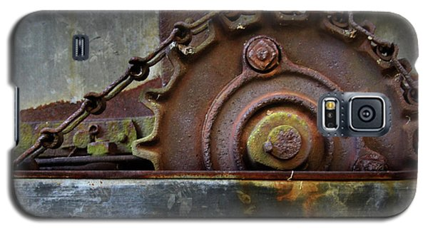 Galaxy S5 Case featuring the photograph Rustic Gear And Chain by David and Carol Kelly