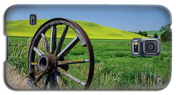 Rustic Wagon Wheel In The Palouse Galaxy S5 Case by James Hammond