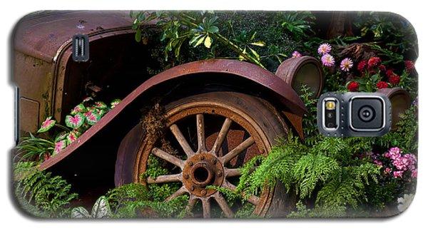 Rusty Truck In The Garden Galaxy S5 Case