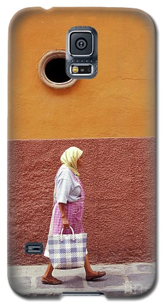 Galaxy S5 Case featuring the photograph San Miguel Woman San Miguel De Allende Mexico by John  Mitchell