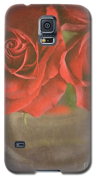 Galaxy S5 Case featuring the photograph Scarlet Roses by Lyn Randle