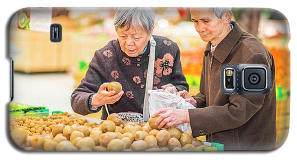 Senior Man And Woman Shopping Fruit Galaxy S5 Case