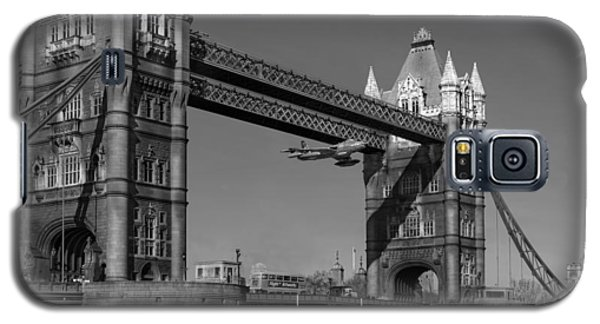 Seven Seconds - The Tower Bridge Hawker Hunter Incident Bw Versio Galaxy S5 Case