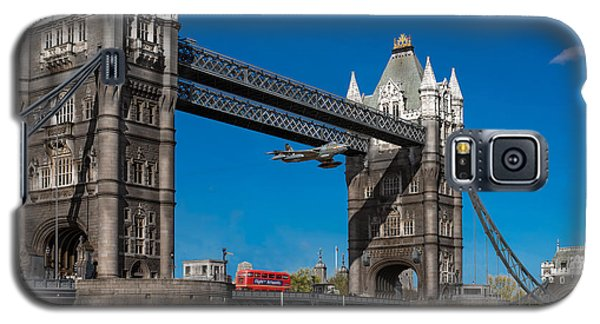 Seven Seconds - The Tower Bridge Hawker Hunter Incident  Galaxy S5 Case by Gary Eason