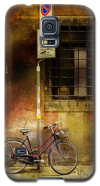 Galaxy S5 Case featuring the photograph Siena Bicycle by Craig J Satterlee