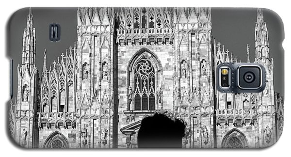 Silhouette Of Young Couple Kissing In Front Of Milan's Duomo Cathedral Galaxy S5 Case