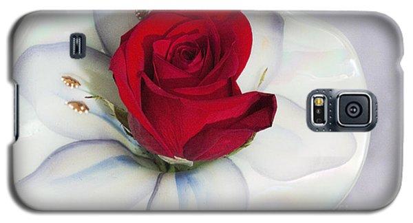Single Red Rose In Fenton Vase Galaxy S5 Case by Linda Phelps