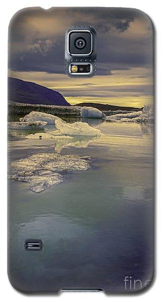Galaxy S5 Case featuring the photograph Skaftafellsjokull Lagoon by Nancy Dempsey